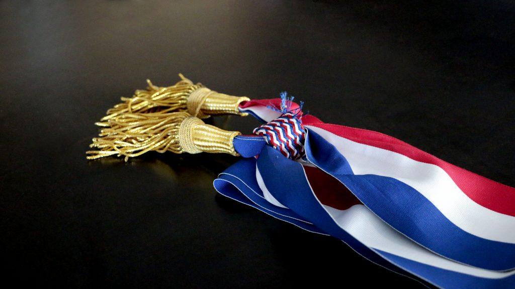 Une écharpe tricolore de maire posée sur une surface